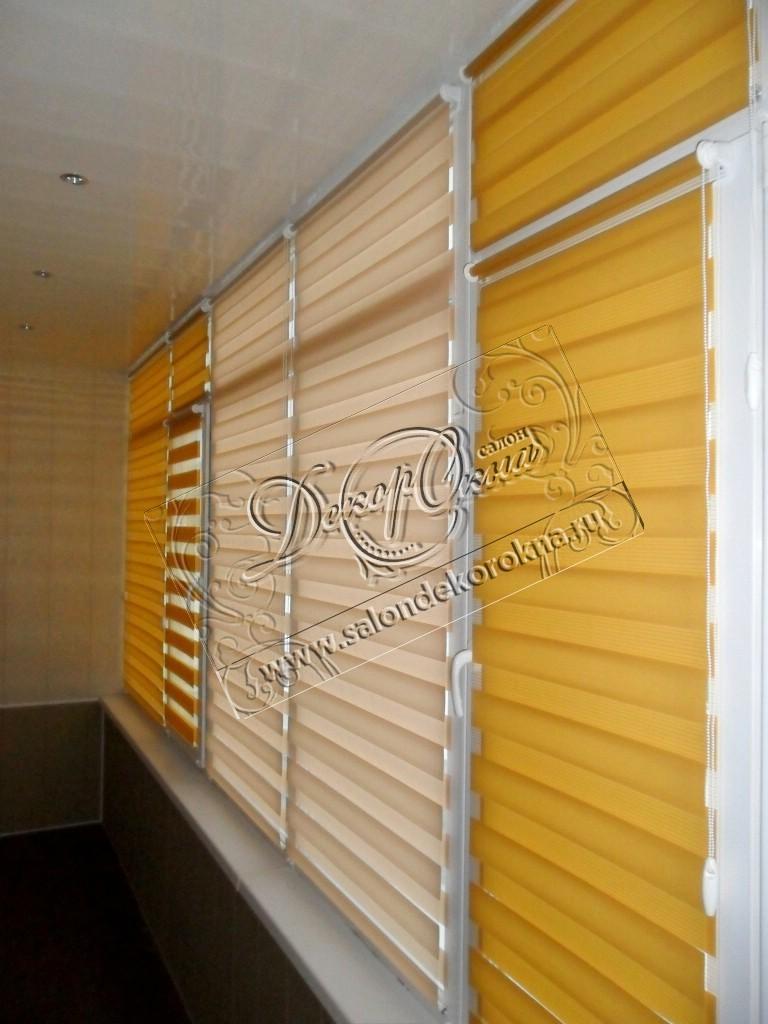 """Рулонные шторы """"Зебра"""", установленные на балкон. Комбинация тканей."""