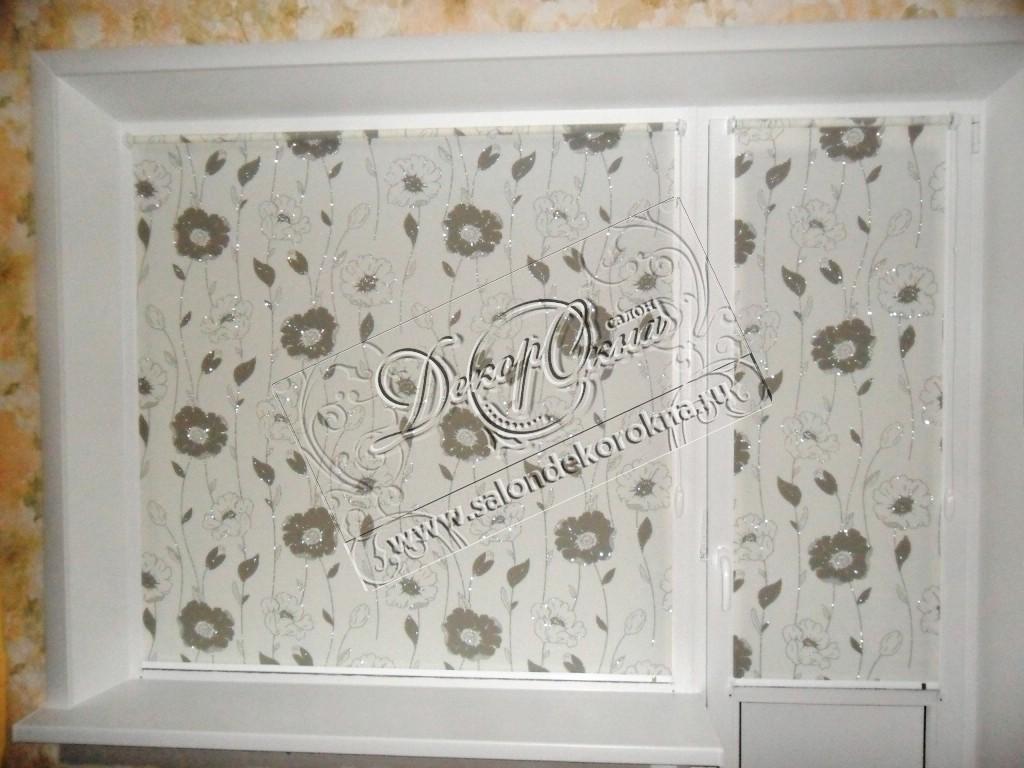 """Рулонные шторы системы """"Мини"""" из ткани с цветочным металлизированным рисунком."""