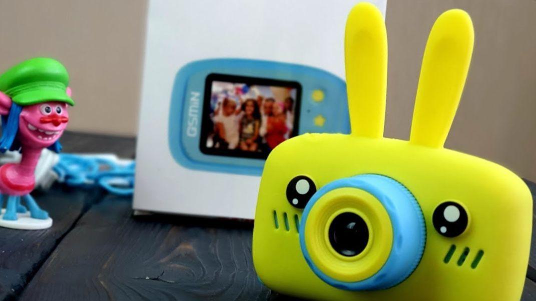 Детская камера- это классный подарок! При том, что по своему дизайну она определенно детская и очень нравится малышам, это серьезный аппарат с характеристиками, не уступающими многим фирменным бытовым цифровым устройствам. В комплекте защитная пленка, кабель с двумя переходниками, наклейки. Перед использованием -вставьте карту памяти. Размер съемки (в пикселях): 12 мп. Разрешение: 1080 FHD: 1440х1080 720HD: 1280х720 VGA: 640:480 Размер дисплея: 2 дюйма Зум: от 1.0x до 3.0x Угол обзора линзы: 100 градусов Поддержка флеш-карт (формат и ГБ макс.): Micro-SD до 32Г Формат исходных файлов (Видео и фото): Видео: AVI , фото: JPEG Размер камеры (в мм): 84х53х41 мм Размер чехла (в мм): 87х100х41 мм Таймер: Есть от 2 до 10с Штамп даты: Есть Показ уровня заряда батареи: да Динамик: Есть Микрофон: Есть Рамки / фотоэффекты: Есть Игры: Snake, Tetris, PushBox Звук срабатывания затвора: Есть Прикольный силиконовый чехол с ушками- В ПОДАРОК!!!
